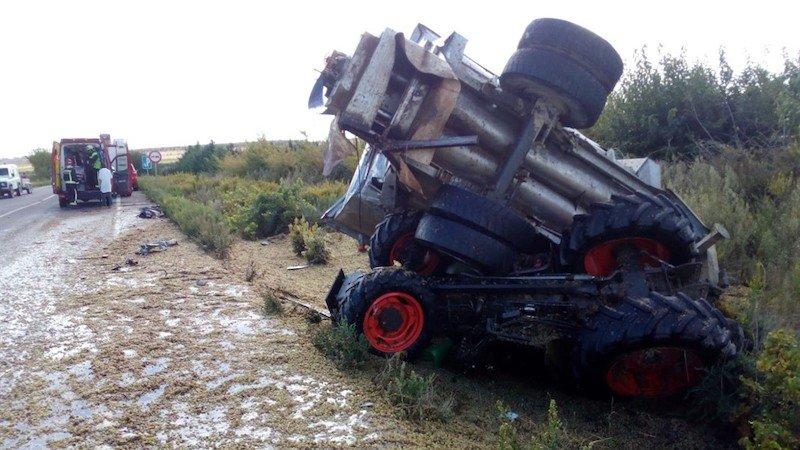 Fallece en accidente al volcar el tractor que conducía